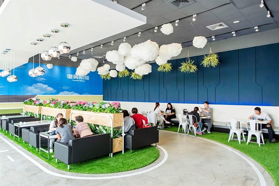 復興航棧沙發用餐區垂吊式雲朵,別有風情。(中保提供)