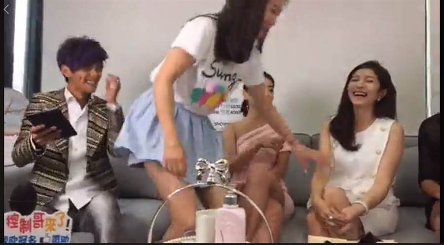 網友要求「謝忻可以跟小公主換位子嗎?」謝忻才起身和Grace換位。(圖/取材自浩角翔起笑一個 官方粉絲專頁臉書)