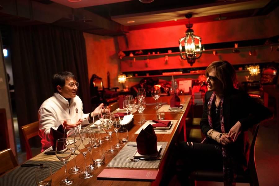 日本人氣搖滾樂團X Japan團長Yoshiki近日來台並與成龍共進晚餐,由於成龍對於近期香港「反送中」示威表示不知道,引起網友批評,Yoshiki連帶受波及,讓他事後在社群媒體上向粉絲表達歉意。(取自Yoshiki推特)