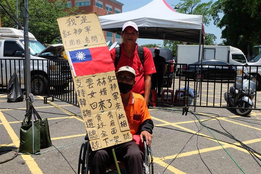 南投縣陳先生雖然中風,仍坐著輪椅來支持韓國瑜。(張朝欣攝)