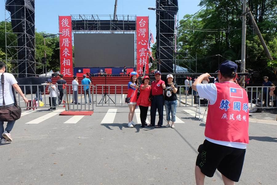 韓國瑜造勢舞台「台灣心雲林情」、「後頭厝來相挺」成打卡熱點。(張朝欣攝)