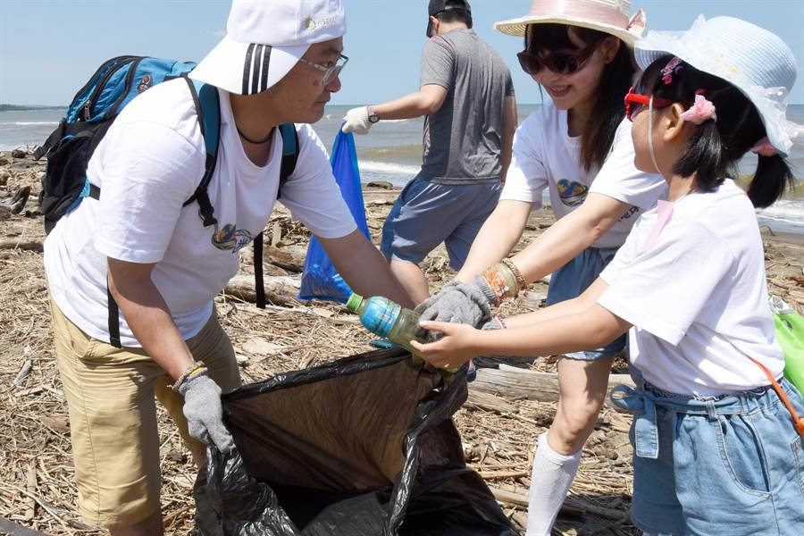 日月光文教基金會響應「世界海洋日」活動,一起與上千名環保志工在永安漁港海岸清理海灘垃圾,用實際行動愛護海洋。(日月光文教基金會提供)