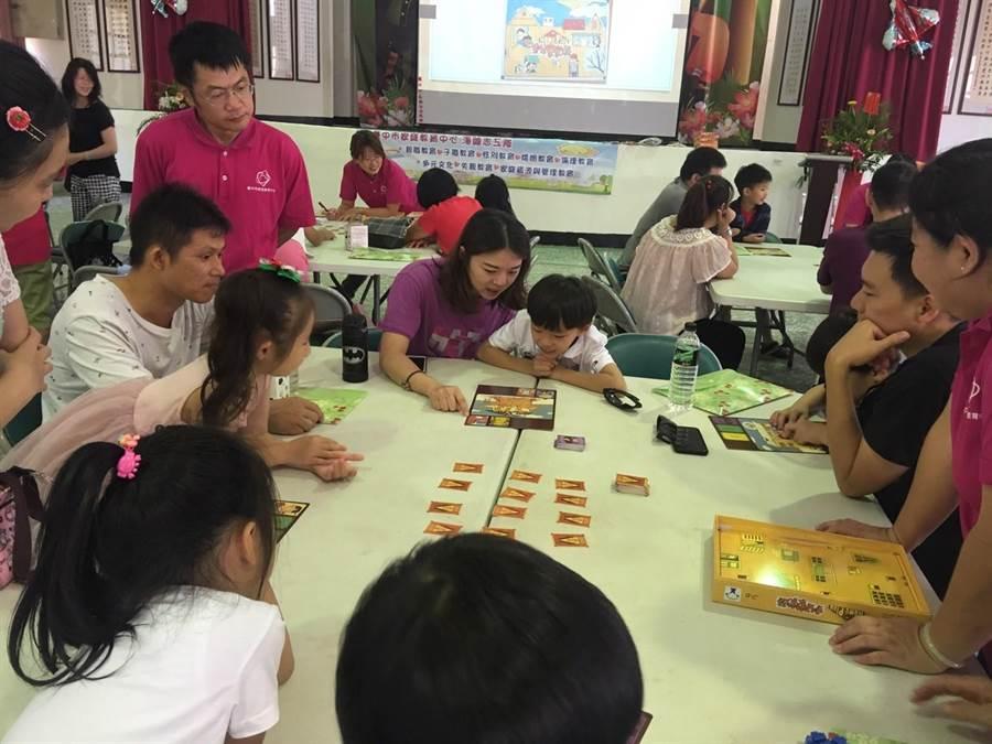 台中市家庭教育中心,藉由桌遊促進親子關係。(陳世宗翻攝)