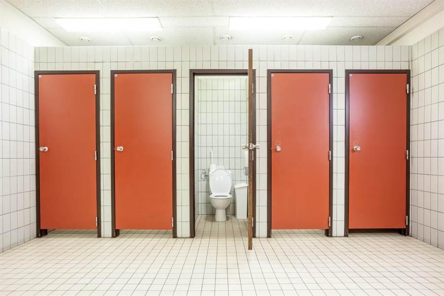廁所驚見尋歡洞 下一秒東西伸過來(示意圖/達志影像)