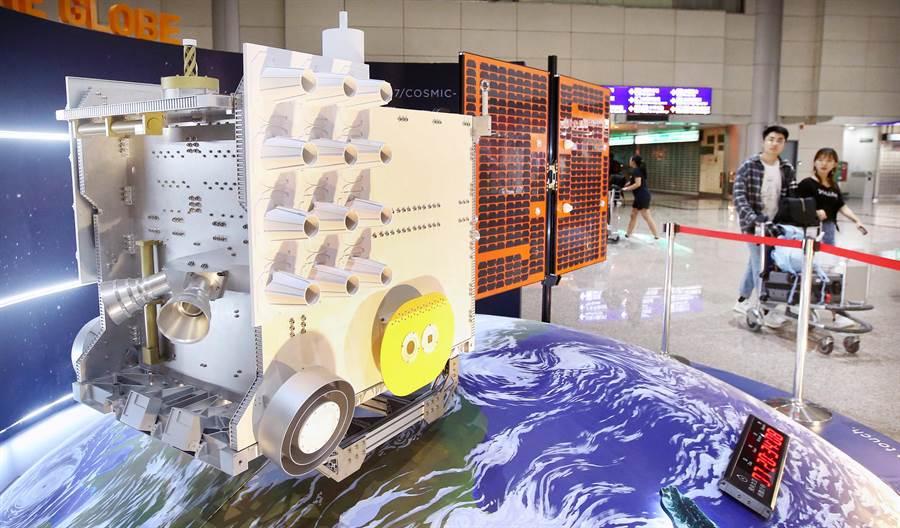 福衛七號模型15日起在桃園機場展出,吸引許多國內外旅客目光。(范揚光攝)