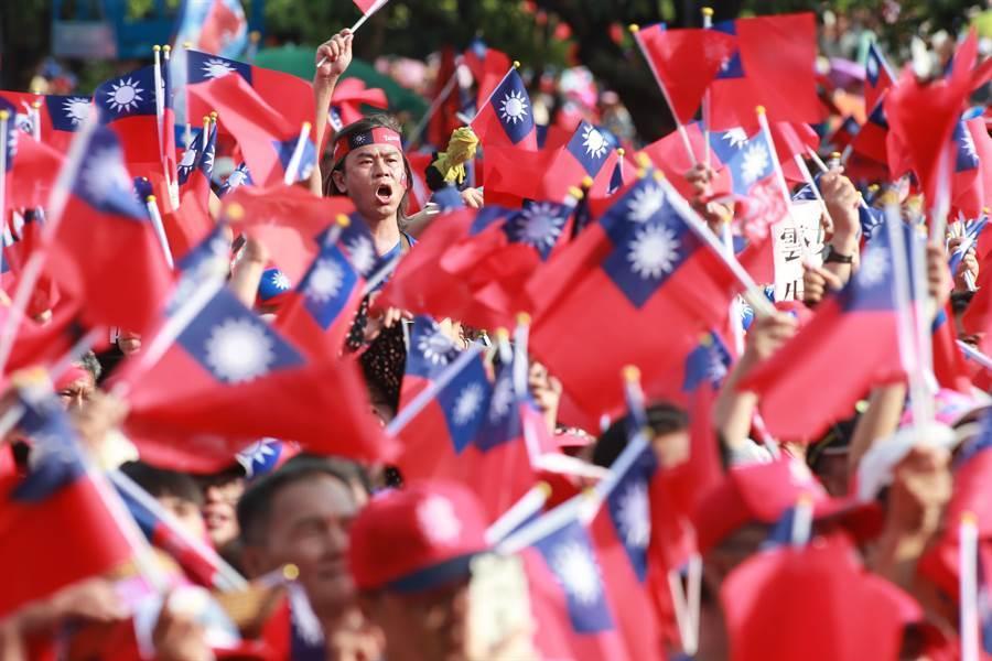 高雄市長韓國瑜參選國民黨總統初選,15日在雲林斗六人文公園舉行造勢大會,現場中華民國國旗飄揚飛舞。(黃國峰攝)