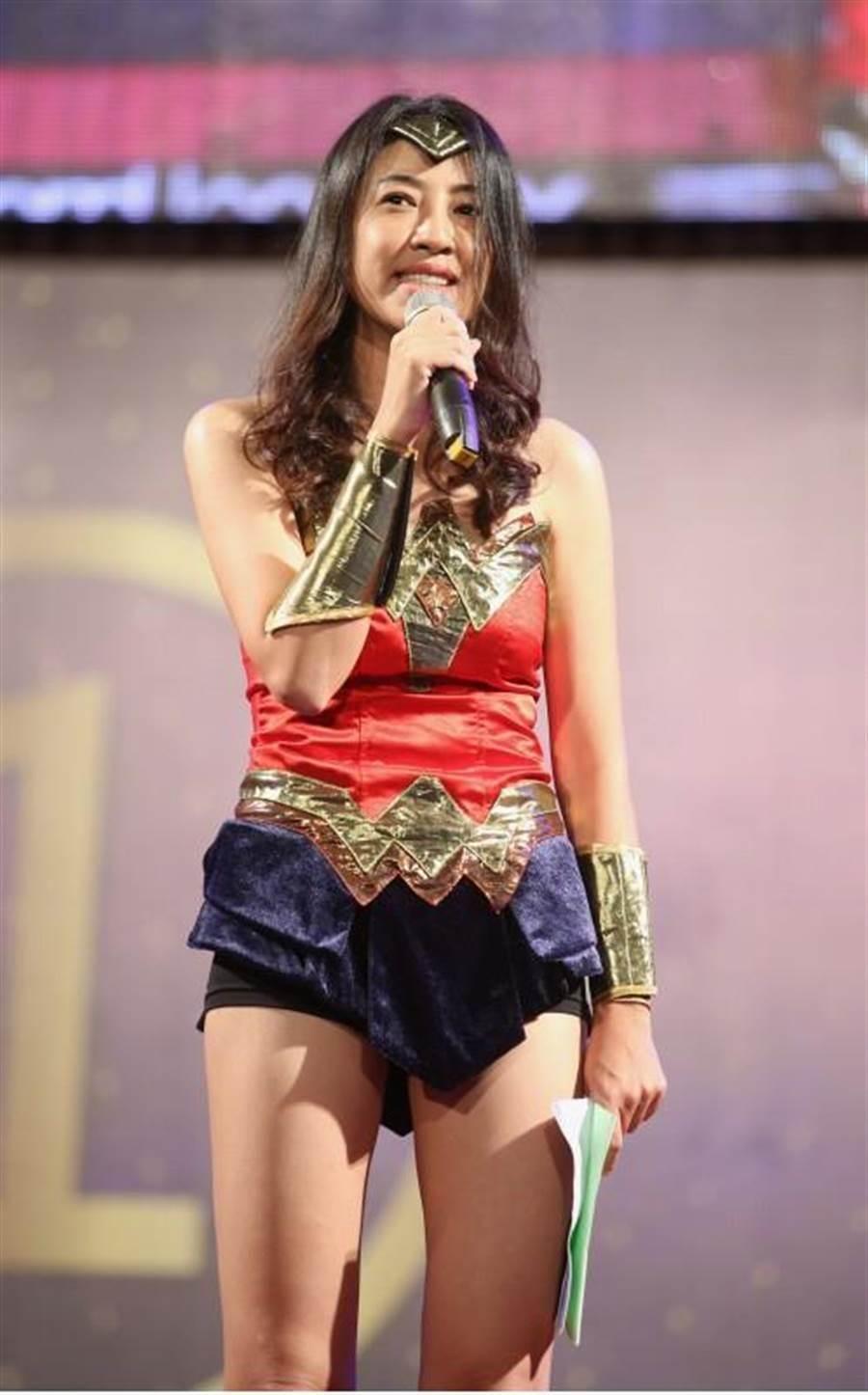 國民黨立委許淑華為韓國瑜造勢穿上「神力女超人」裝,逆天長腿迷人。(本報系資料照)