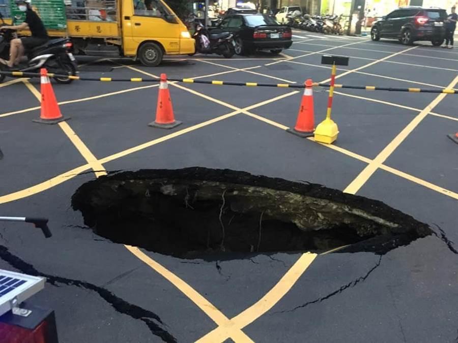 新北市三重區頂崁街210巷的馬路驚現大洞。(許哲瑗翻攝)