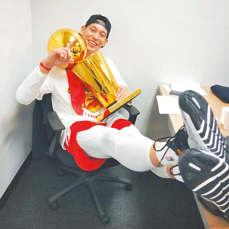 林書豪笑擁NBA總冠軍獎盃。(取自林書豪Instagram)