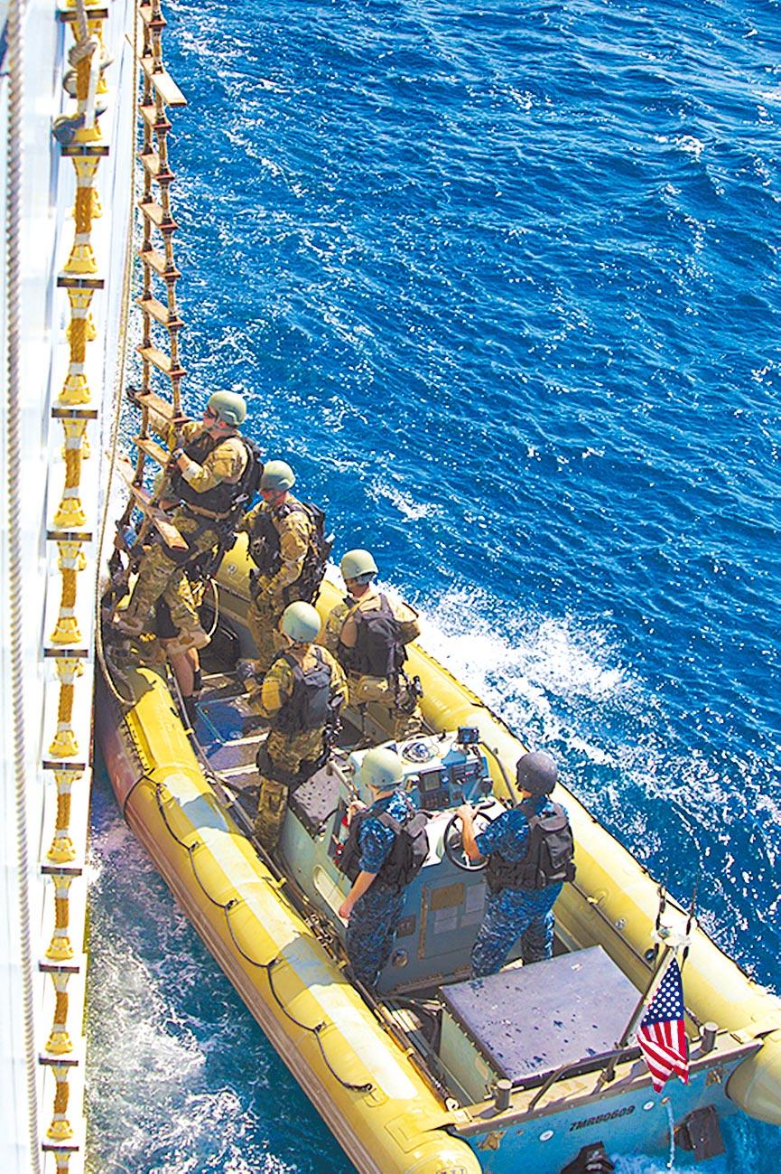 美國飛彈驅逐艦特戰隊員,在亞丁灣進行演練。(新華社資料照片)