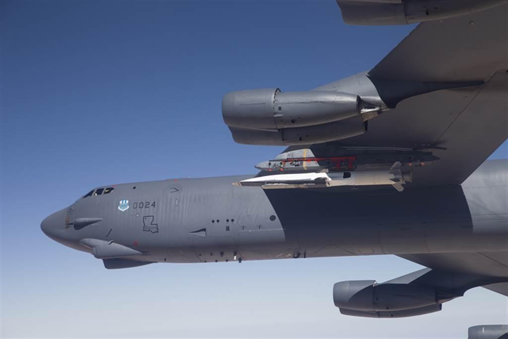 美國空軍表示,AGM-183高超音速飛彈完成首次試射,不過外表仍然不清楚。此為B-52攜帶的X-51。(圖/美國空軍)