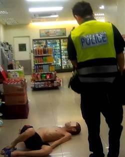 男路倒昏厥在地 警助送醫急救