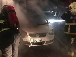 男車內烤肉 停車場4車被燒