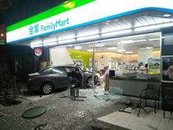 轎車閃貓撞爛超商 店員逃生頭部掛彩