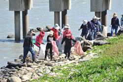 海岸垃圾嚇人 伸港海岸花清運700噸、王功400志工撿拾846公斤