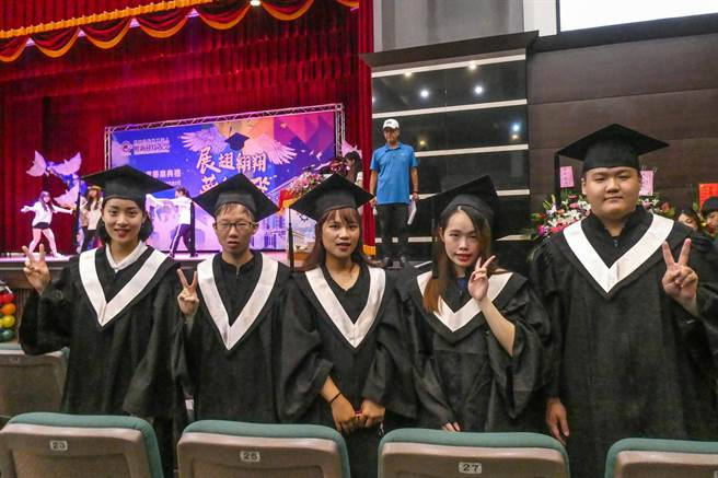 明新科大畢業典禮獲「傑出成就獎」的畢業生(左至右)趙亭雅、林琨模、林玉婷、楊曜鎂、吳家毅。(羅浚濱攝)