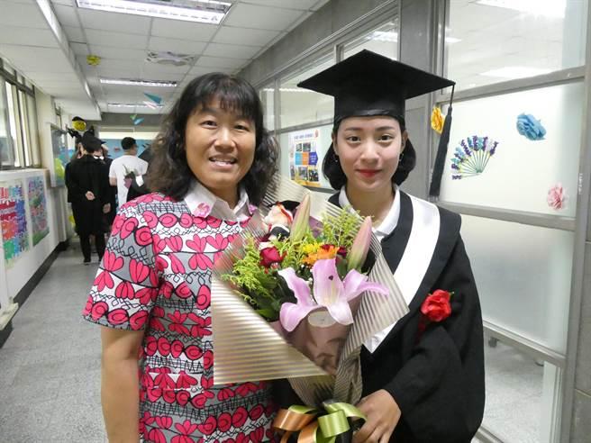 明新科大畢業典禮獲「傑出成就獎」的趙亭雅,大學四年參加全國大專運動會拿下跆拳道3金1銅。(羅浚濱攝)