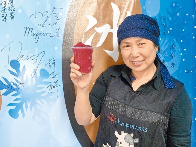 德濟堂中藥行老闆娘洪瑀坊,以自家烏梅熬汁製作冰沙,講究天然健康。(廖志晃攝)