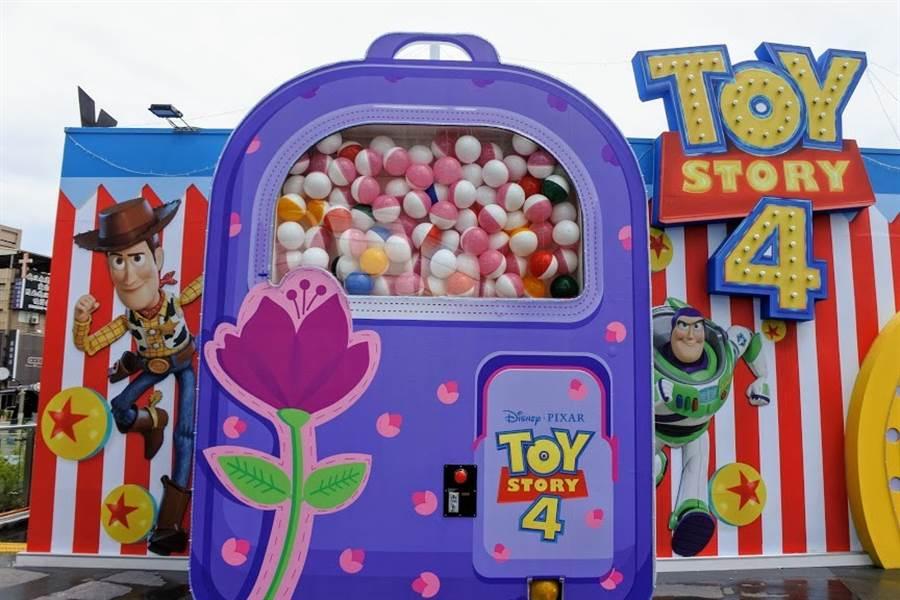 「邦妮的後背包」更化身3.9公尺的巨型扭蛋機,每一顆扭蛋都乘載著一個玩具故事。