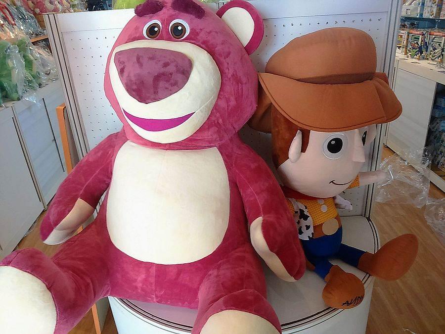 熊抱哥、胡迪探長排排坐,各式玩具總動員玩偶要你好看。