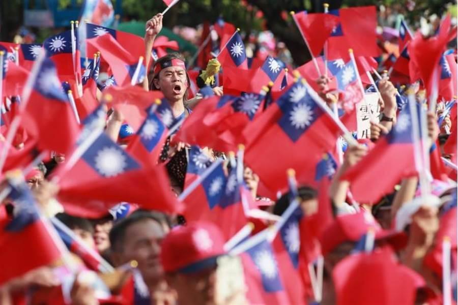 韩国瑜15日在云林斗六人文公园举行造势大会,旗海飘扬。(黄国峰摄)