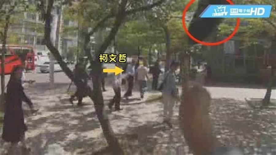 台北市長柯文哲今年3月遭獨派人士「鞋襲」,但沒被丟中。(中時電子報)
