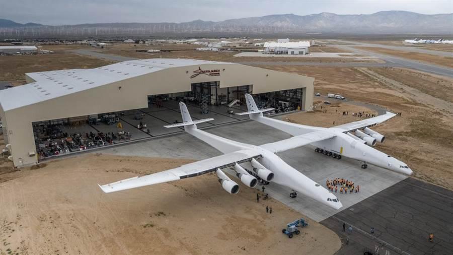 原本按照計畫,暱稱大鵬的世界最大飛機可以攜帶重達110噸的火箭,飛到平流層近1.1萬公尺的高空,讓火箭發射升空。(Stratolaunch Systems)