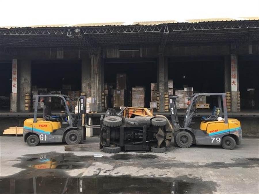 某貨櫃場發生勞工遭側翻堆高機重壓死亡的工安意外。(陳世宗翻攝)