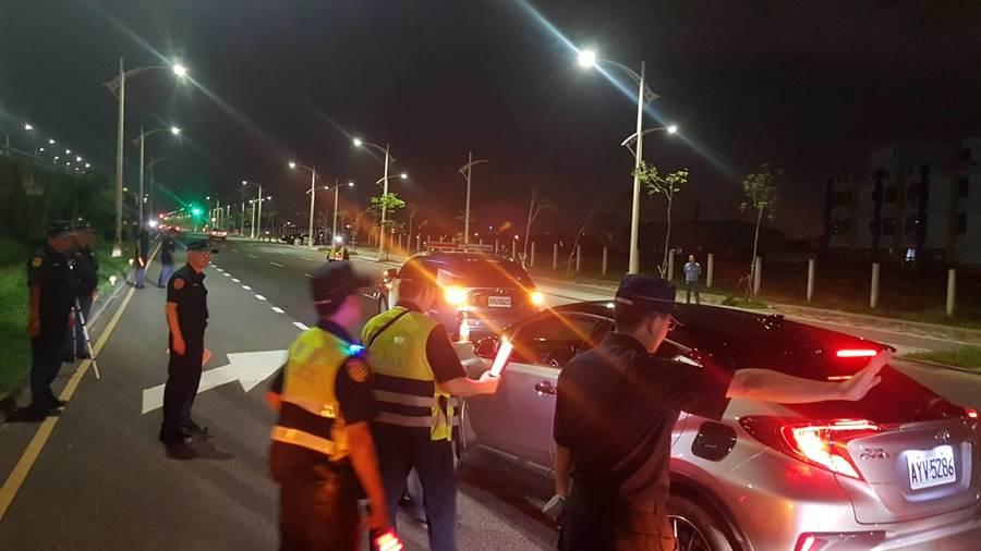 台中市警察局15日深夜在台74線中彰快速道路沿線各匝道出口執行高強度取締酒駕。(馮惠宜翻攝)