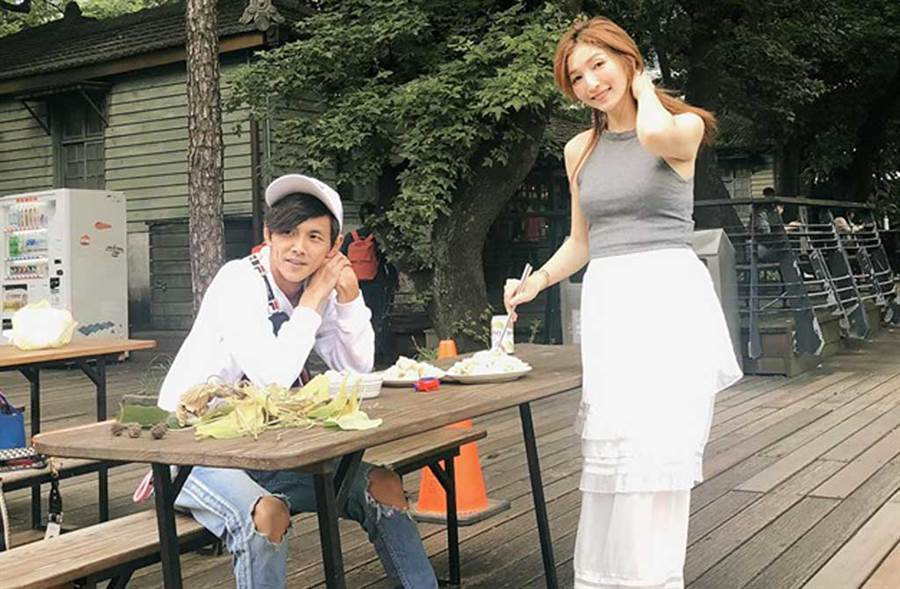 爆出婚外情後,阿翔被直擊帶妻小上餐廳,全程2小時跟老婆零互動。(翻攝自Out Of Control 媽咪Grace臉書)