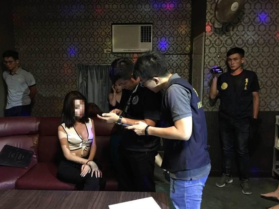 越南籍陪酒妹年輕、身材好,酒客也為之著迷。圖為南市專勤隊5月破獲一起越南籍女子在柚子園小吃部陪酒案件。(翻攝照片)