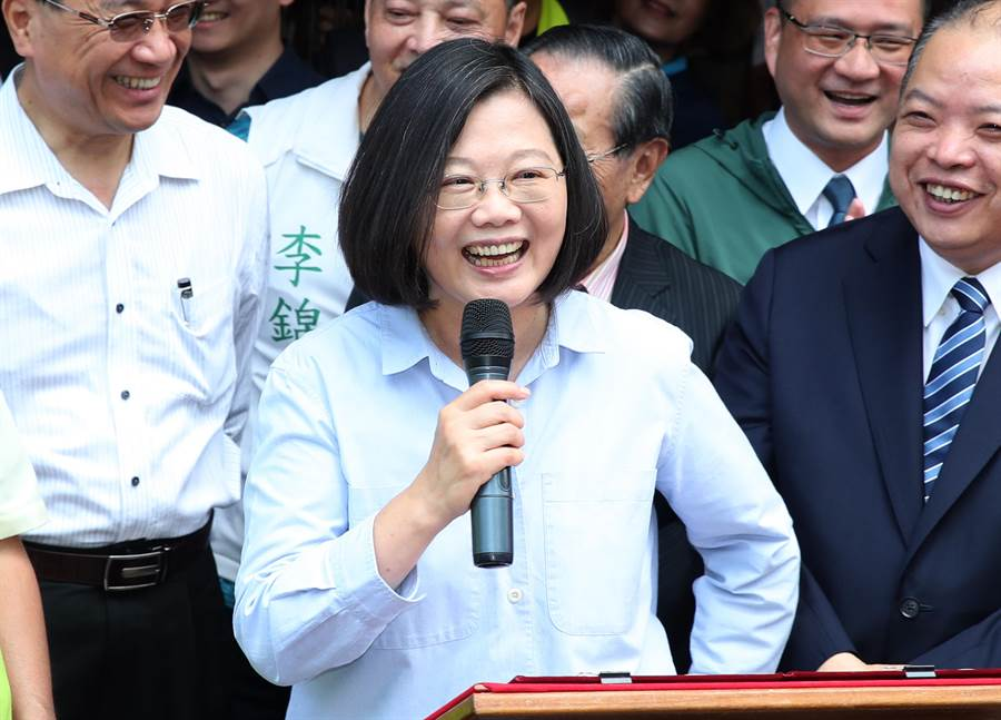 蔡英文總統16日赴台北市松山慈雲宮。(鄭任南攝)