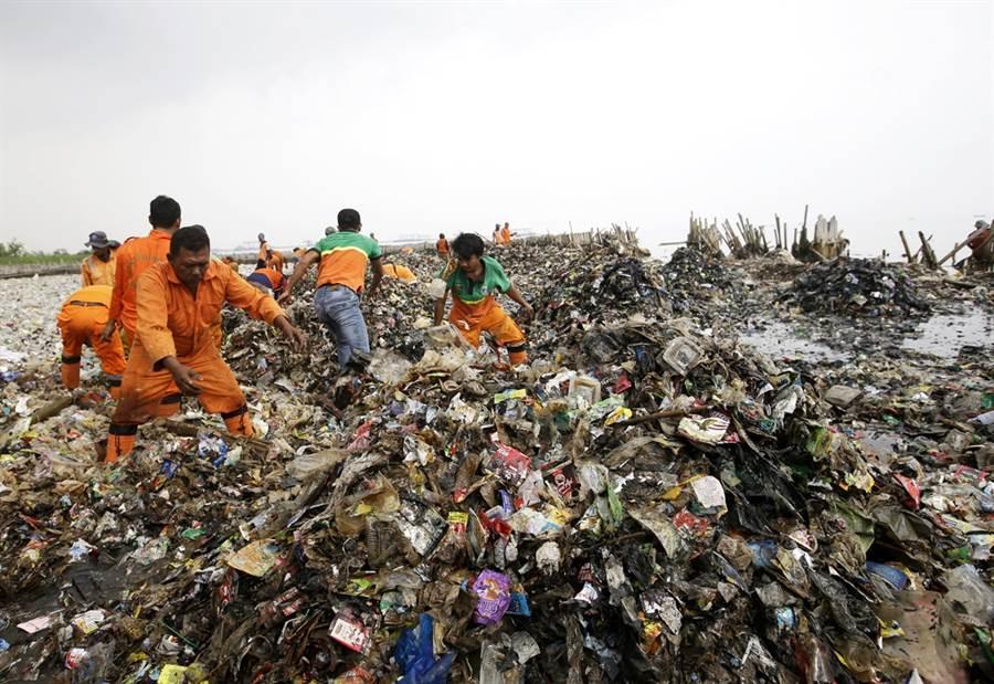 繼菲律賓、馬來西亞之後,印尼也對歐美垃圾發出怒吼,日前退回5貨櫃垃圾回美國,怒嗆印尼不是世界垃圾場。圖為印尼雅加達灣海攤被垃圾淹沒的資料照。(圖/美聯社)
