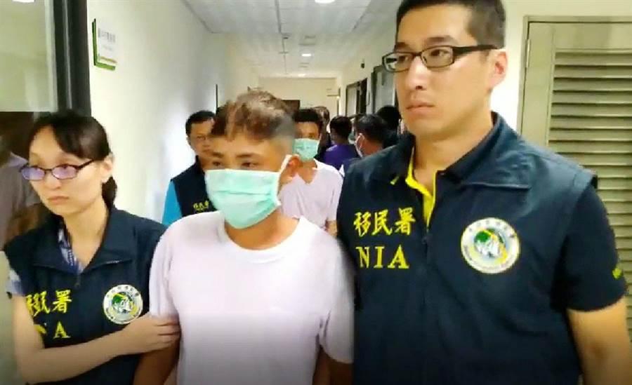 台中專勤隊在清水區某建築工地,查獲9名違法在台工作的越南人,警方依法驅逐出境。(警方提供)