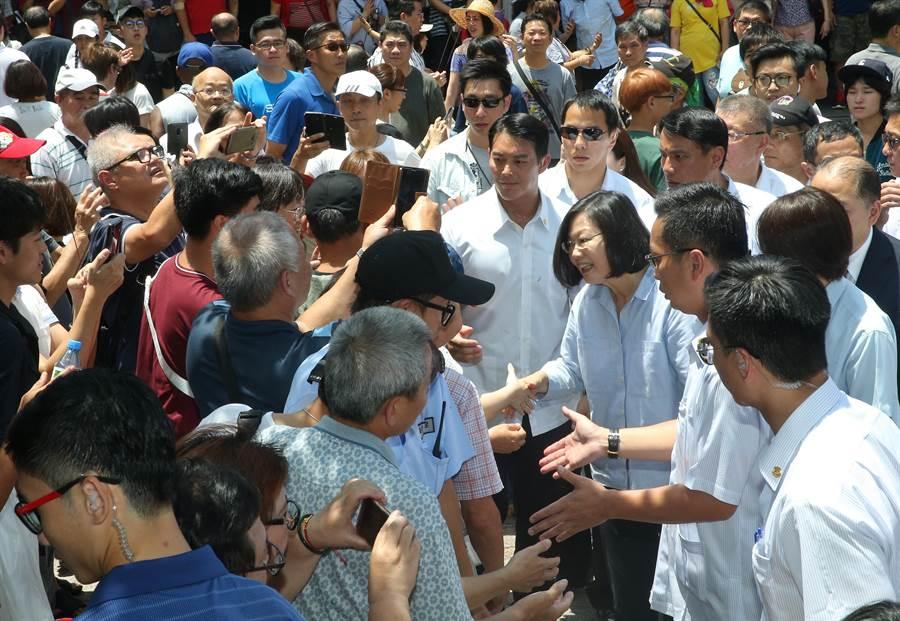 蔡英文總統(前右中)16日前往萬華龍山寺參拜,蔡英文一到龍山寺就受到支持群眾歡迎,蔡一一與群眾握手致意。(劉宗龍攝)