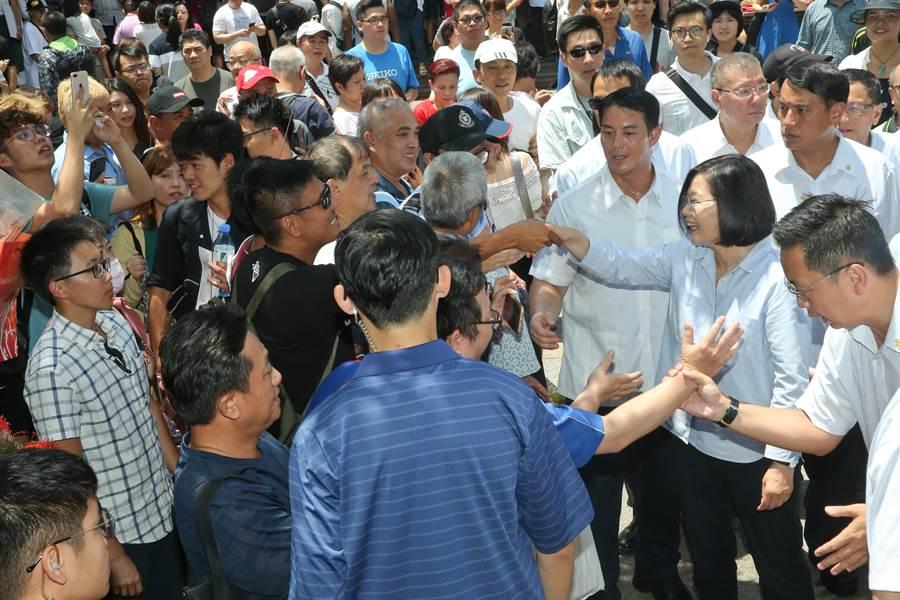 蔡英文總統(前右中)16日前往萬華龍山寺參拜,蔡英文一到龍山寺就受  到支持群眾歡迎,蔡一一與群眾握手致意。(劉宗龍攝)