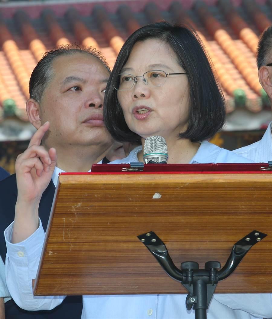 蔡英文總統(見圖)16日前往萬華龍山寺參拜,參拜後,蔡英文對群眾講話。(劉宗龍攝)