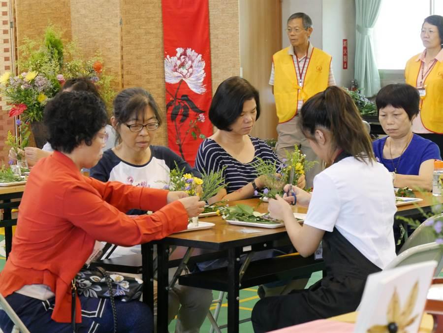 財團法人伽耶山基金會養慧學苑舉行「108年生活禪體驗營」,其中「一花一世界」活動,是藉由花藝讓學員體會在生活中如何提起與放下。(馮惠宜攝)