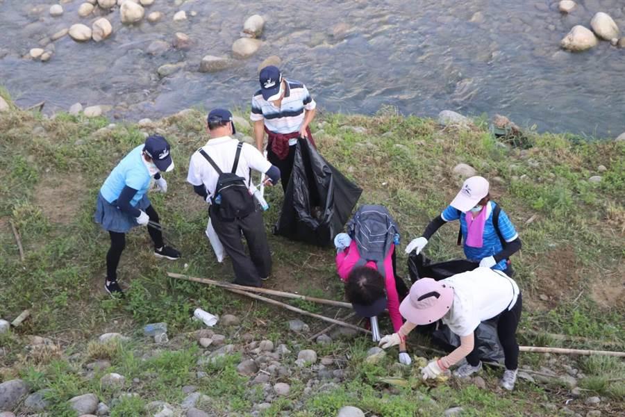 志工走下旱溪河床,分組撿拾瓶罐、塑膠袋、保麗龍等垃圾。(王文吉攝)
