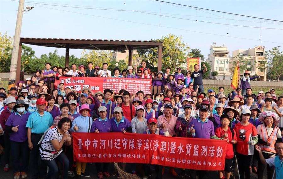 立委江啟臣號召200多位志工淨溪,還給旱溪乾淨的環境。(王文吉翻攝)