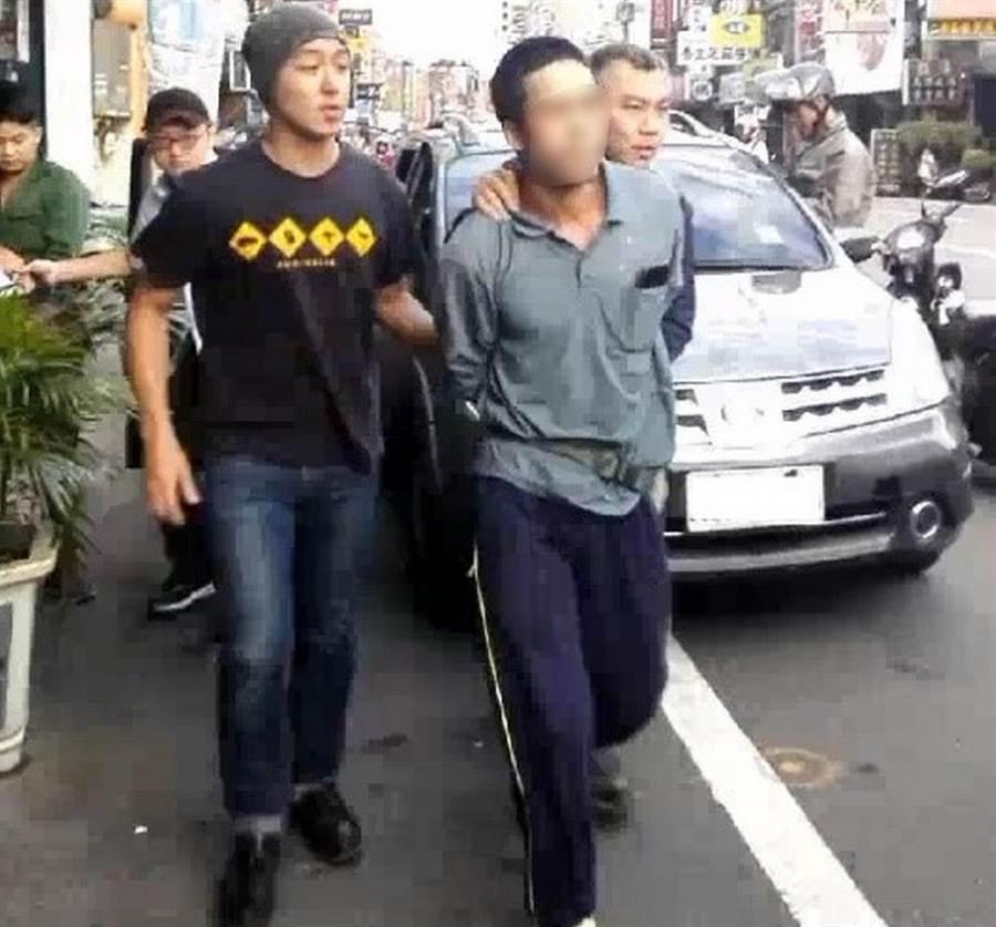 新竹市專勤隊在新竹市1處傳統市場旁公寓頂樓加蓋的違建等地點,共計查獲22名外籍人士。(陳育賢翻攝)
