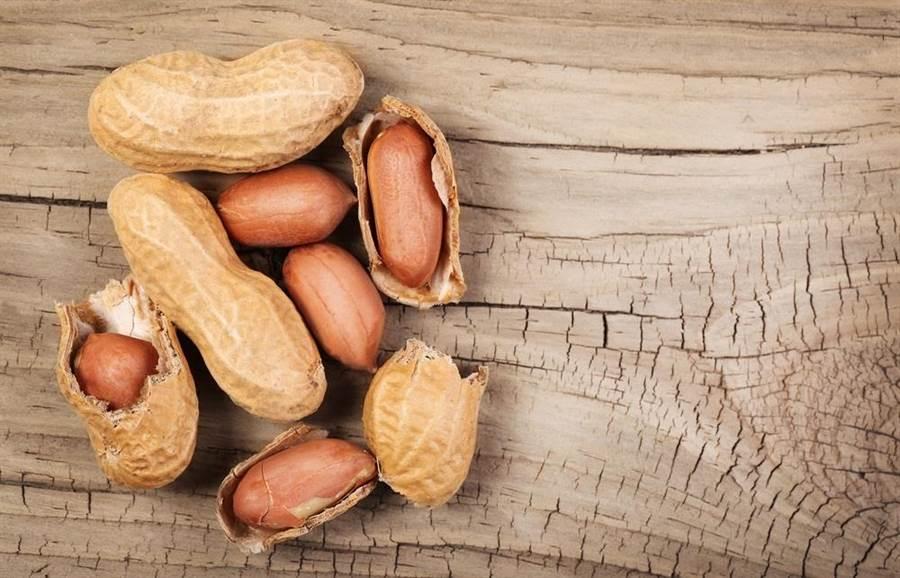 日本醫學專家表示,花生是極為營養的食物,它所具有的多酚成份,可幫助控制血壓。(達志影像/shutterstock)