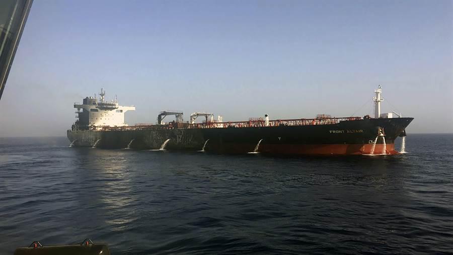 遭襲的油輪Front Altair,由拖船拖到阿拉伯聯合大公國聯海岸。(圖/美聯社)