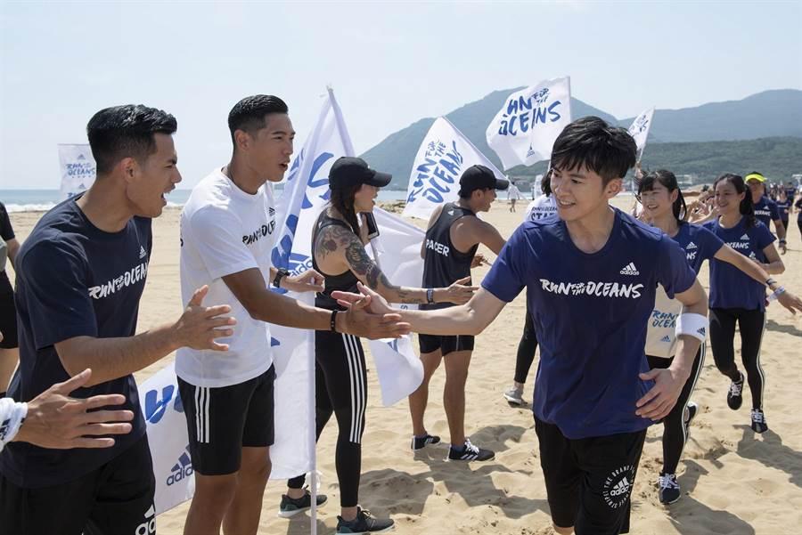 陳傑、楊俊瀚在終點迎接李國毅等跑者。(adidas提供)