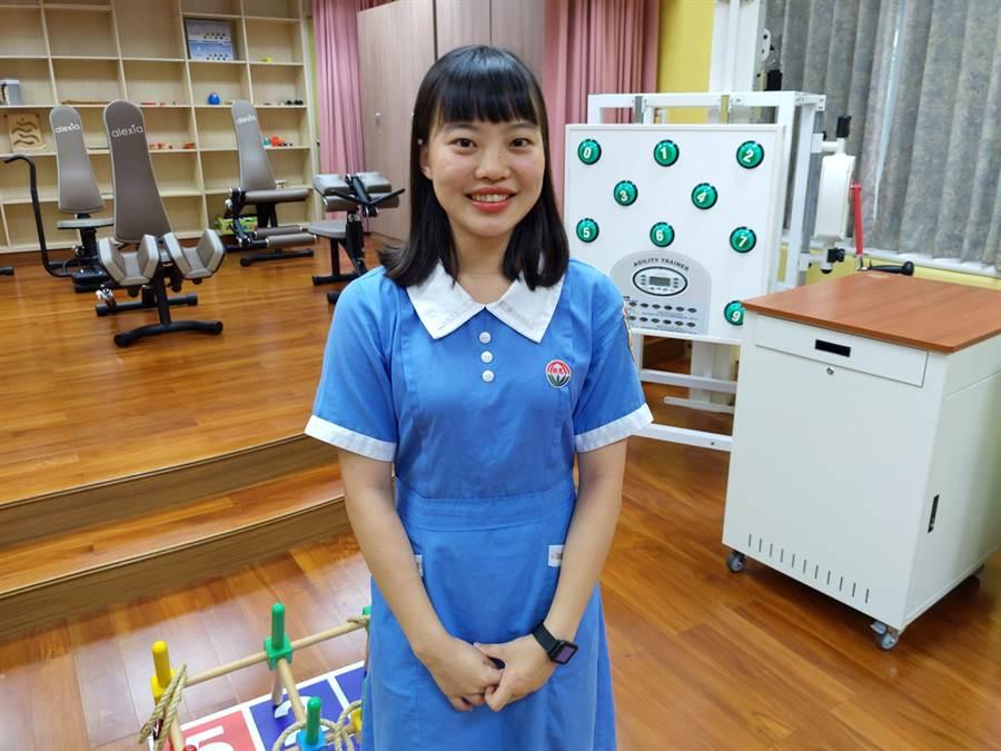 17歲的廖羽芊就讀敏惠醫護管理專科學校,是長期照顧與健康促進科二年級學生,個性活潑開朗的她未來想投入長照事業,讓長輩有更好的老年生活。(莊曜聰攝)