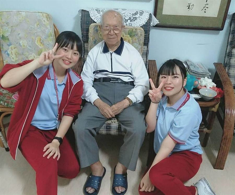 廖羽芊(左一)看到家人照顧失智長輩的辛苦,因此決定投入長照工作,就讀敏惠醫護專科學校的她,會經常到照護機構探望長輩。(莊曜聰翻攝)