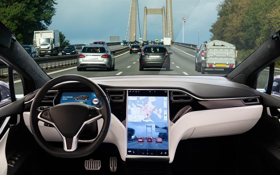 特斯拉自駕車上路的資料照。(達志影像/Shutterstock)
