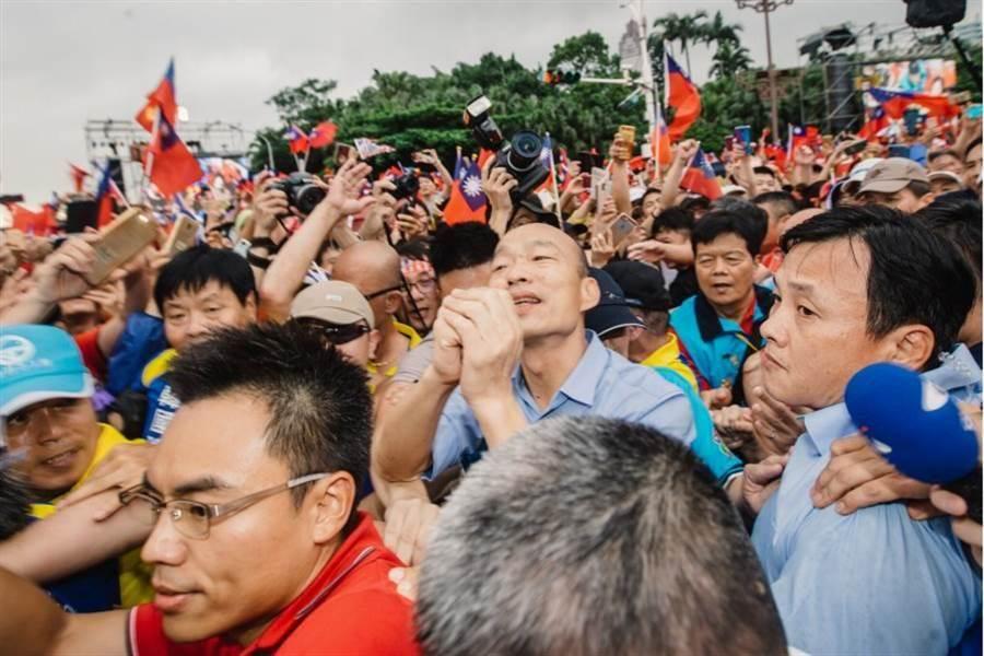挺韓凱道大會師,現場湧入數十萬人,因熱情的韓粉簇擁,讓韓國瑜大進場就走了10多分鐘。(資料照片,郭吉銓攝)