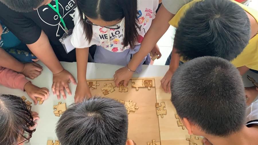 學生拼圖解謎。(曹婷婷翻攝)