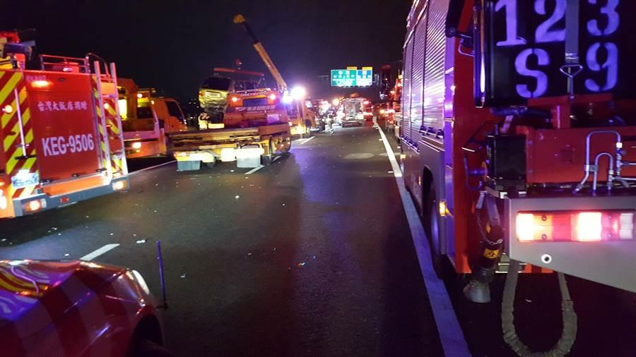 國道三號北上204公里在台中烏日段,晚間10時疑似下雨視線差、北返車潮多,發生6車連環追撞車禍,休旅車、轎車等撞成一團,共11人受傷送醫。(吳敏菁翻攝)